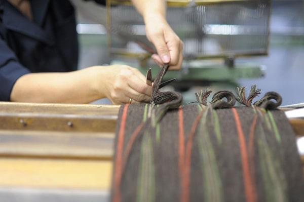 Manos de mujer cortando telas con tijeras