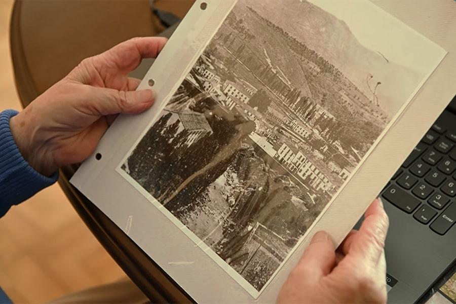 Manos sujetando una foto antigua